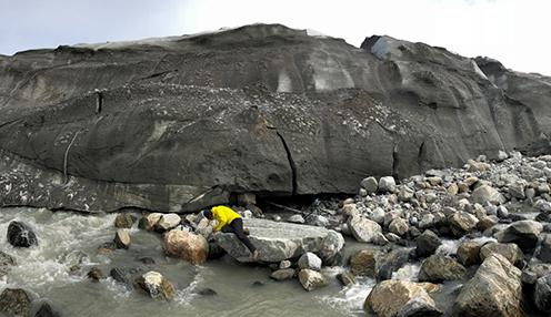 Jesper Riis Christiansen i færd med at indsamle vandprøver ved den kendte kilde til metanudledning fra isen. Målingen af metangas foregår under isen i en naturlig hule (til højre for Jesper)