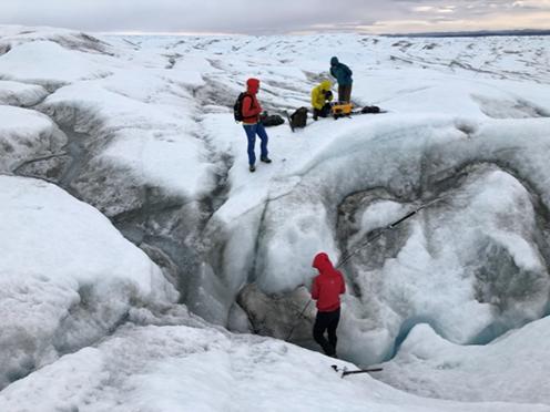 Forskere på isen i gang med at måle metankoncentrationer i luften i revner på Indlandsisens overflade.